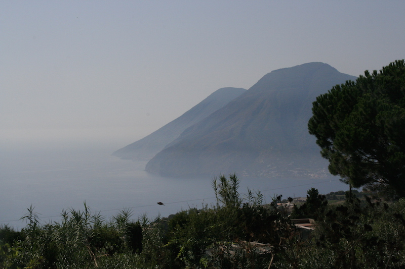 Salina vista dall'altopiano di Lipari